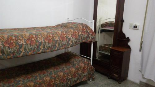 Una cama o camas cuchetas en una habitación  de Isla de los Pajaros