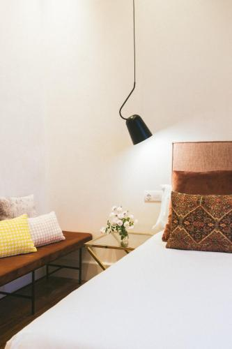 Una cama o camas en una habitación de VEINTIUNO Emblematic Hotels - Adults Only
