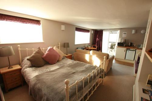 Una cama o camas en una habitación de Bath Boating Station