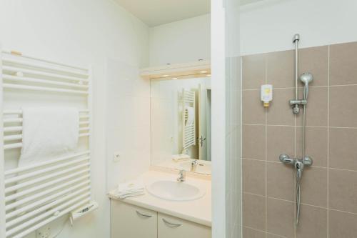 Um banheiro em Appart-Hôtel Mer & Golf City Perpignan Centre