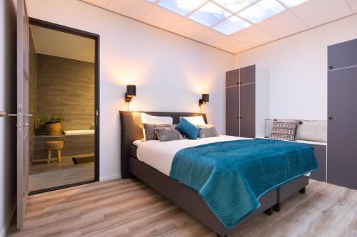 Cama ou camas em um quarto em BizStay Harbour Scheveningen Apartments