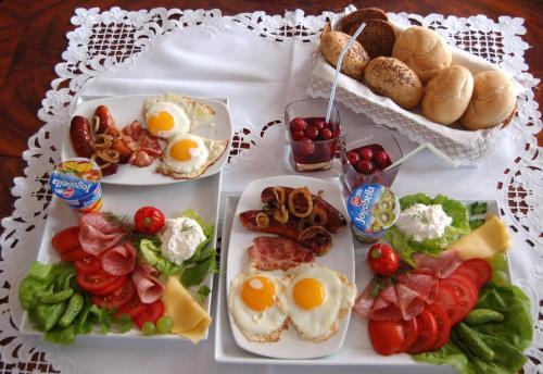 Opciones de desayuno para los huéspedes de Dworek nad Radunią