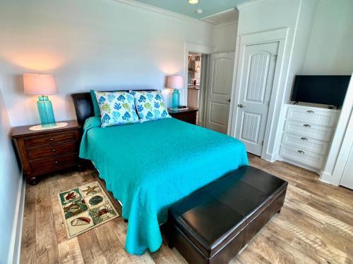 Cama ou camas em um quarto em Beach Bunkhouse Home