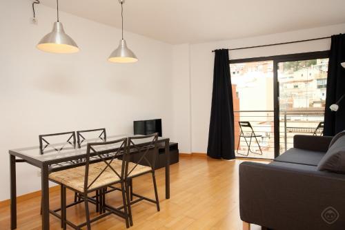 Uma área de estar em Guell Modern Apartment