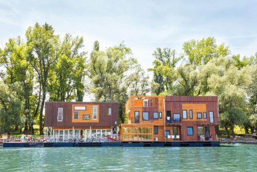 ArkaBarka Floating Hostel