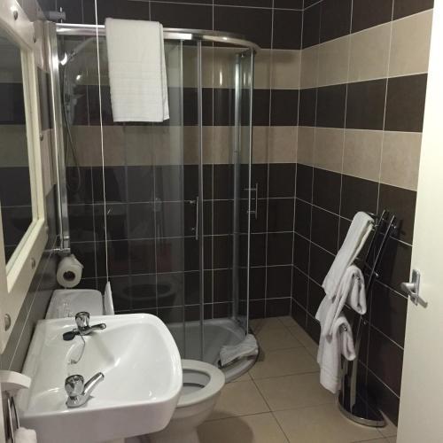 Phòng tắm tại Tides Apartments Liscannor