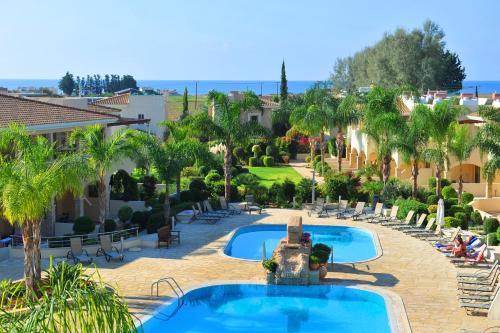 בריכת השחייה שנמצאת ב-Aphrodite Sands Resort או באזור