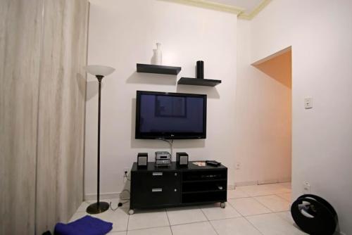 Uma TV ou centro de entretenimento em Copa´s Apartment