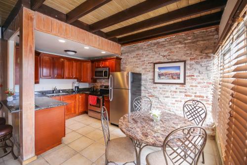 Iberville Apartments, Penthouse 502