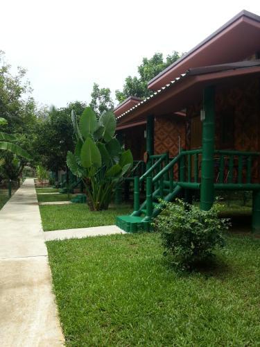 Un pato o zona al aire libre en The Royal Bamboo Lodge