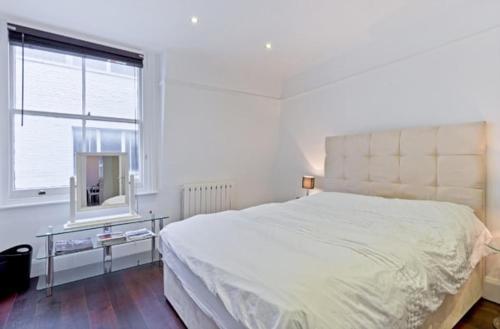 Una cama o camas en una habitación de Chancery's Loft Private Apartment