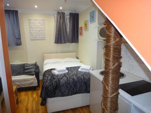 Giường trong phòng chung tại Dylan Apartments Kensington