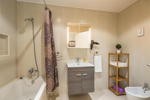 حمام في Funchal SilverWood Apartment - by MHM