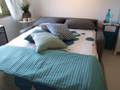 سرير أو أسرّة في غرفة في Fly Windows Apartment
