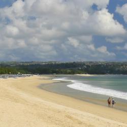 جيمباران 350 فندق يضم مسبح