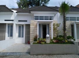 Emerald Villa By Vino House, Karangploso (рядом с городом Sengkaling)
