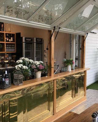 Oscars Hotel and Cafe Bar