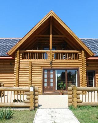 Holden Log House Gyarmat